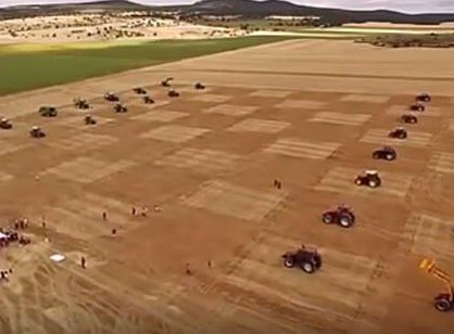 Шахматная битва тракторов.
