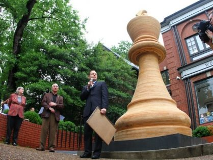 Самая гигантская шахматная фигура.
