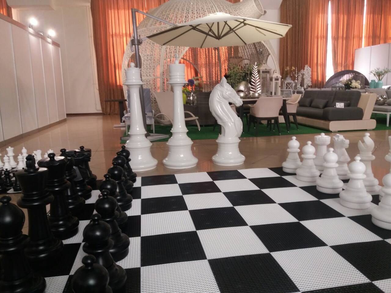 Большие и гигантские шахматы на выставке.